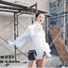 เสื้อผ้าเกาหลีพร้อมส่ง เสื้อแขนยาวสีขาว ช่วงอกเย็บแต่งระบายพร้อมพิมพ์ลายมวยไทย