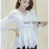เสื้อผ้าเกาหลีพร้อมส่ง เสื้อยาวผ้าคอตตอนสีขาวตกแต่งลูกไม้สไตล์วินเทจ