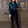 เสื้อผ้าเกาหลีพร้อมส่ง เสื้อแขนยาวผ้าซาตินทรงสวย ดีเทลคอวีแต่งคาดโช๊คเกอร์