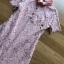 มินิเดรสผ้าลูกไม้สีชมพูตกแต่งปกและกระดุมมุก thumbnail 4