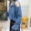เสื้อผ้าเกาหลีพร้อมส่ง เสื้อเชิ้ตแขนยาวผ้ายีนส์เนื้อบางเว้าขาดไหล่ 1 ข้าง thumbnail 7