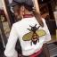 เสื้อผ้าเกาหลีพร้อมส่ง เสื้อหนังปักผึ้ง Gucci ปักสวย thumbnail 4