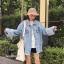 เสื้อผ้าเกาหลีพร้อมส่ง เสื้อยีนสตัวใหญ่ ดีไซน์เก๋ปลายแขนพับแต่งรุ่ย thumbnail 3