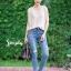 เสื้อผ้าเกาหลีพร้อมส่ง ยีนส์ฟอกสีสวย สกิดขาดหน้าขาเล็กๆ thumbnail 4