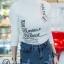 เสื้อผ้าเกาหลีพร้อมส่ง เสื้อยืดคอปีน สกรีนลายอังกฤษ thumbnail 2