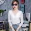 เสื้อผ้าแฟชั่นเกาหลีพร้อมส่ง เสื้อยืดผ้านิ่มแขนยาว ประดับสร้อยเพชรด้านหน้า thumbnail 6