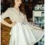ชุดเดรสเกาหลีพร้อมส่ง เดรสผ้าลูกไม้สีขาวปักมุกตกแต่งระบาย thumbnail 3
