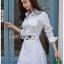 เสื้อผ้าเกาหลีพร้อมส่ง เชิ้ตเดรสผ้าคอตตอนสีขาวตกแต่งเชือกผูกด้านข้าง thumbnail 1