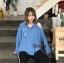 เสื้อผ้าเกาหลีพร้อมส่ง เสื้อเชิ้ตแขนยาวผ้ายีนส์เนื้อบางเว้าขาดไหล่ 1 ข้าง thumbnail 2