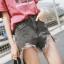 เสื้อผ้าเกาหลีพร้อมส่ง กางเกงยีนส์ขาสั้น เอวสูง มีดีเทลขาดรุ่ยที่ชาย thumbnail 1