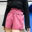 เสื้อผ้าเกาหลีพร้อมส่ง ขาสั้นลูกฟูกเอวจับจีบสไตล์ โควเรียมาพร้อมเข็มขัดอย่างดี thumbnail 2