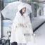 เสื้อผ้าเกาหลีพร้อมส่ง เสื้อโคชตัวยาวสีขาวมีฮู้ดขนมิ้ง thumbnail 1