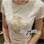 ( พร้อมส่งเสื้อผ้าเกาหลี) เสื้อยืดผ้าผสมปักดอกไม้ ตัวนี้สวยมากค่ะ เป็นเสื้อยืดทรงคลาสสิกแบบเรียบๆ แต่มีลูกเล่นที่ลายกลางเสื้อ ประดับผ้าม้วนเป็นรูปดอกไม้ ปักประดับมุก สวยมากๆ thumbnail 5