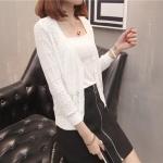 เสื้อคลุมแฟชั่น พร้อมส่ง สีขาว ผ้าไหมพรม เนื้อนิ่ม ถักลายฉลุน่ารัก มีความยืดหยุ่นได้ดี ตัวสั้น แขนยาว ใส่กับชุดทำงานหรือชุดเที่ยวก็เก๋ๆค่ะ