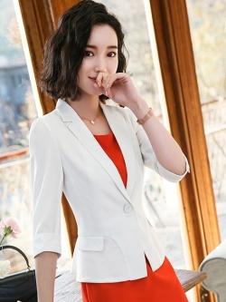 เสื้อสูทแฟชั่น เสื้อสูทสำหรับผู้หญิง พร้อมส่ง สีขาว คอปก แขนพับสามส่วน หัวไหล่ยกนิดๆ ไม่มีซับในระบายอากาศได้ค่ะ ติดกระดุมเก๋ เข้ารูปช่วงเอว แต่งกระเป๋าหลอก คัตติ้งสวย งานเนี๊ยบ