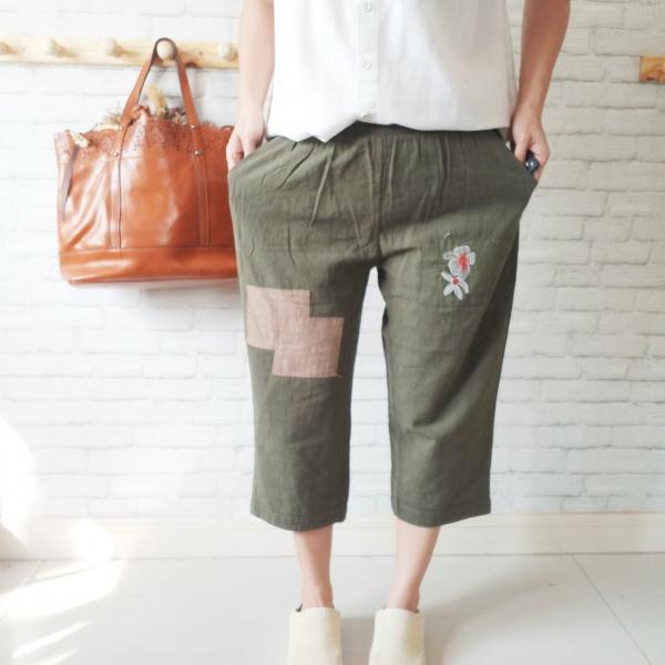 รูปภาพสินค้า กางเกงผ้าฝ้ายลำลองแต่งลายปะผ้า ขายาว 5 ส่วน สีเขียวเทา