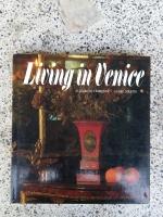 Liuing in Ueniee / ELIZABETH VEDRENNE