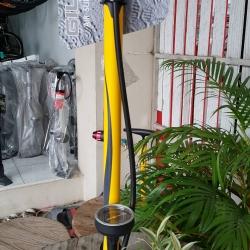 สูบลมตั้งพื้น ยี่ห้อ Giyo สีเหลือง แบบมีเกจจ์วัด Max 160 psi หัวสูบแบบ 2 หัวอลูมิเนียม แบบกลับหัว สำหรับจุ๊ฟเล็กและจุ๊ฟใหญ่