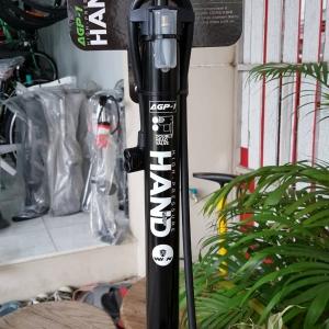 สูบลมตั้งพื้น ยี่ห้อ Hand สีดำ แบบมีเกจจ์วัด Max 160 psi หัวสูบแบบ 2 หัวสำหรับจุ๊ฟเล็กและจุ๊ฟใหญ่