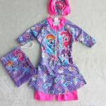 Disney : ชุดว่ายน้ำบอดี้สูทลาย ม้าโพนี่ สีม่วง ซิปหน้า พร้อมหมวกและ ถุงผ้า (งานลิขสิทธิ์) Size : XS (3-4y)