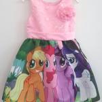 เดรสพิมพ์ลายม้าโพนี่ สีสันสดใส ตัวเสื้อลายลูกไม้ มาพร้อมเข็มกลัดดอกไม้ (ถอดออกได้ค่ะ) สีชมพูอ่อน size : 110