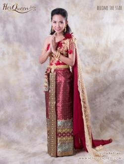 เช่าชุดไทย &#x2665 ชุดไทย สีแดงก่ำแต่งลูกไม้ทอง สไบทองยาวสวยสง่า