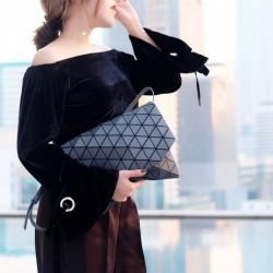 กระเป๋าคลัทช์ กระเป๋าถือ ใช้ถือเป็นครัทช์หรือใช้สะพายข้างก็ได้ ISSEY MIYAKE BAO BAO [สีเทา ]