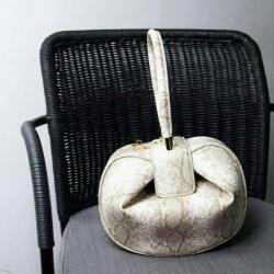 กระเป๋าครัช กระเป๋าถือ Gabriela ลายงู 10 นิ้ว [สีขาว]