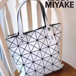 กระเป๋าทรงช็อปปิ้ง กระเป๋าสะพายข้างผู้หญิง ดีไซน์เป็นเอกลักษณ์ Issey Miyake Bao Bao [สีขาว ]
