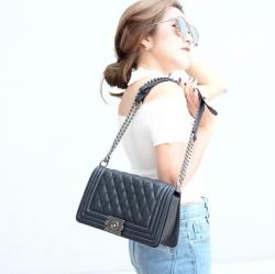 กระเป๋าสะพายแฟชั่น กระเป๋าสะพายข้างผู้หญิง Chanel Boy ลายคลาสสิค [สีดำ ]