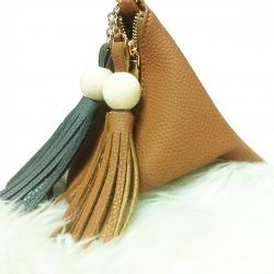 กระเป๋าถือ กระเป๋าคลัทช์ ทรงสามเหลี่ยมเล็ก มีตุ้ม หนังPU [สีน้ำตาล ]
