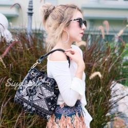กระเป๋าสะพายแฟชั่น กระเป๋าสะพายข้างผู้หญิง ทรงขนมจีบ ปักลายวินเทจ [สีดำ ]