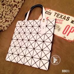 กระเป๋าทรงช็อปปิ้ง กระเป๋าสะพายข้างผู้หญิง หูหิ้วปรับได้2ระดับ Issey Miyake Bao Bao [สีขาว ]