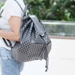 กระเป๋าเป้ผู้หญิง กระเป๋าสะพายหลังแฟชั่น หนังพียูเกรดพรีเมี่ยม ลายฉลุ [สีเทา ]