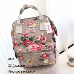 กระเป๋าเป้ผู้หญิง กระเป๋าสะพายหลังแฟชั่น วัสดุหนังเคลือบกันน้ำพิมพ์ลายสวยๆ ปากกว้าง 360องศา ลายดอกไม้ [สีครีม ]