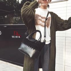 กระเป๋าถือ กระเป๋าสะพายข้างผู้หญิง หนังกลับสลับกับวัสดุหนัง PU มาพร้อมพวงกุญแจพู่ [สีดำ ]