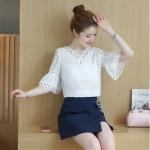 เสื้อแฟชั่นเกาหลี คอV โชว์ไหล่ ปลายแขนแตร สีขาว