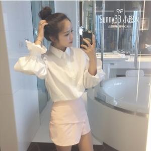 เสื้อเชิ้ตแฟชั่นแขนยาว แต่งจั๊มปลายแขน สีขาว