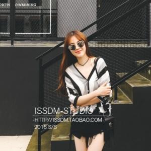 เสื้อแฟชั่นเกาหลี คอวี ลายทาง สีขาวดำ