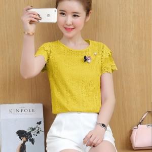 เสื้อแฟชั่นเกาหลี พร้อมเข็ดกลัดดอกกุหลาบ ไข่มุก สีเหลือง