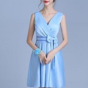 ชุดราตรีสั้น ผ้ามันแบบแขนกุด คอวีสม๊อกหลัง สีฟ้า