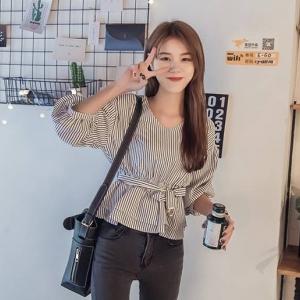 เสื้อแฟชั่นเกาหลี คอวี สม๊อคเอว ลายทาง สีดำ สีฟ้า