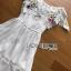เดรสเกาหลี พร้อมส่ง เดรสผ้าชีฟอง สีขาวทรงเปิดไหล่ปักลายดอกไม้ thumbnail 16