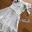 เดรสเกาหลี พร้อมส่ง เดรสผ้าชีฟอง สีขาวทรงเปิดไหล่ปักลายดอกไม้ thumbnail 14
