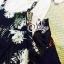 พร้อมส่ง เสื้อยืดคอกลมแขนสั้นสีขาว มาพร้อมกับเอี้ยมลายดอกพื้นดำ thumbnail 4