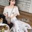 เดรสเกาหลี พร้อมส่ง เดรสผ้าชีฟอง สีขาวทรงเปิดไหล่ปักลายดอกไม้ thumbnail 12