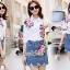เสื้อผ้าเกาหลี พร้อมส่ง เสื้อปักดอกไม้กับกระโปรงยีนส์ thumbnail 1