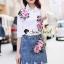เสื้อผ้าเกาหลี พร้อมส่ง เสื้อปักดอกไม้กับกระโปรงยีนส์ thumbnail 9