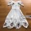 เดรสเกาหลี พร้อมส่ง เดรสผ้าชีฟอง สีขาวทรงเปิดไหล่ปักลายดอกไม้ thumbnail 17