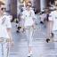 เสื้อผ้าเกาหลี พร้อมส่ง เสื้อสีขาว + กางเกงสียีนส์ thumbnail 1